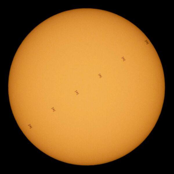 La Stazione Spaziale Internazionale passa davanti al Sole  - Sputnik Italia