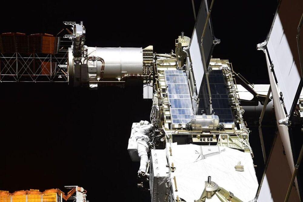 Una passeggiata nello spazio degli astronauti della NASA Chris Cassidy e Robert Behnken