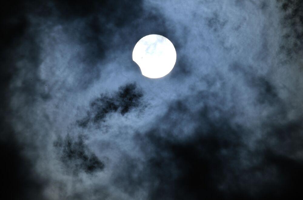 Eclissi solare parziale osservata a Novosibirsk