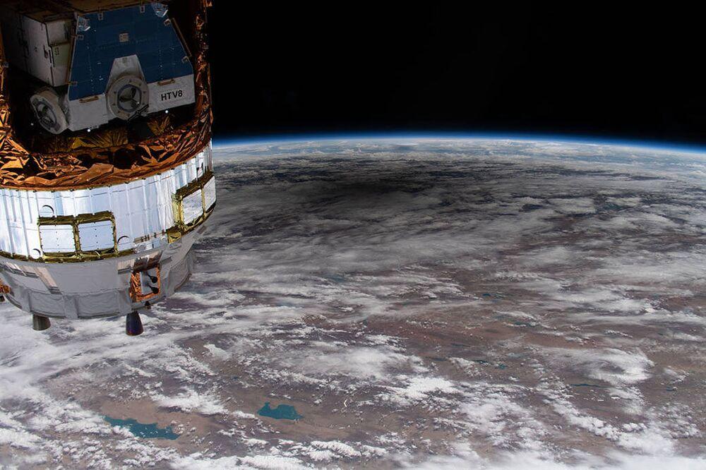 Un'ombra sulla superficie terrestre da un'eclissi solare anulare vista dalla Stazione Spaziale Internazionale