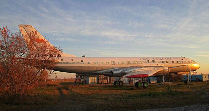 Il Tu-104, il quale Maria sta riportando al suo stato originale