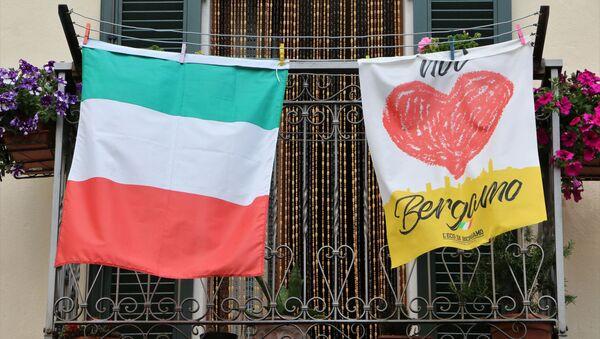 Bandiera italiana a Bergamo - Sputnik Italia