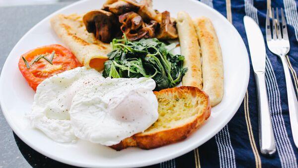 Яйцо пашот на блюде с едой - Sputnik Italia