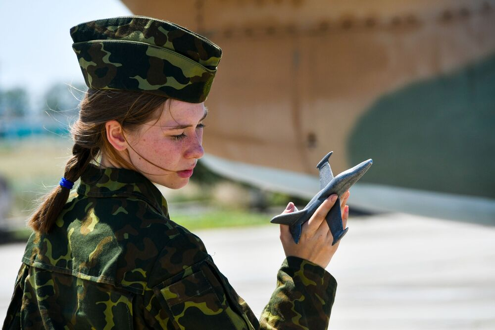 Una donna cadetto dell'Accademia aeronautica di Krasnodar si prepara al volo di addestramento, Russia