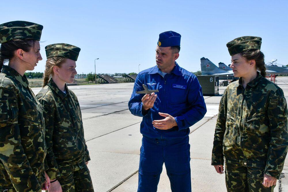 Le donne cadetto dell'Accademia aeronautica di Krasnodar prima del volo di addestramento, Russia