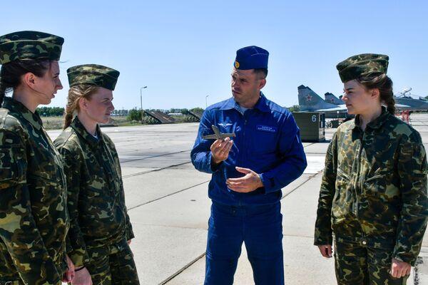 Le donne cadetto dell'Accademia aeronautica di Krasnodar prima del volo di addestramento, Russia - Sputnik Italia