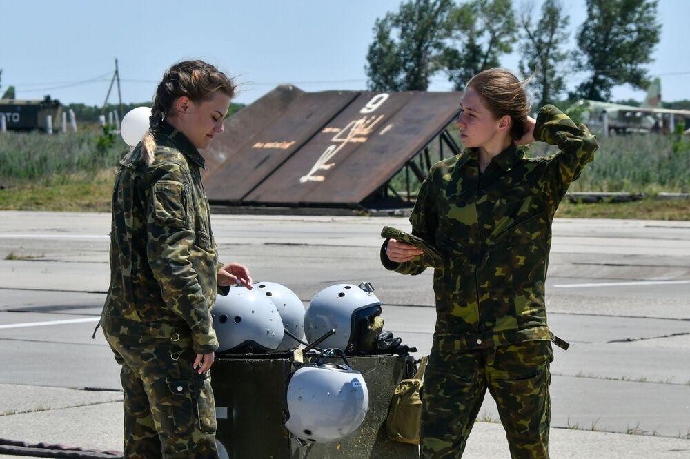 Non è lavoro adatto per una signora? Le donne cadetto dell'Accademia aeronautica di Krasnodar invece conquistano i cieli con fascino