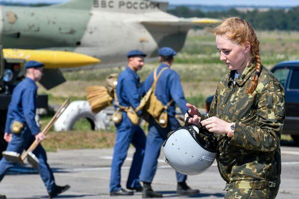 Solo per diventare un cadetto dell'Accademia aeronautica di Krasnodar le ragazze hanno dovuto superare una serie di rigorosi esami e test - Sputnik Italia