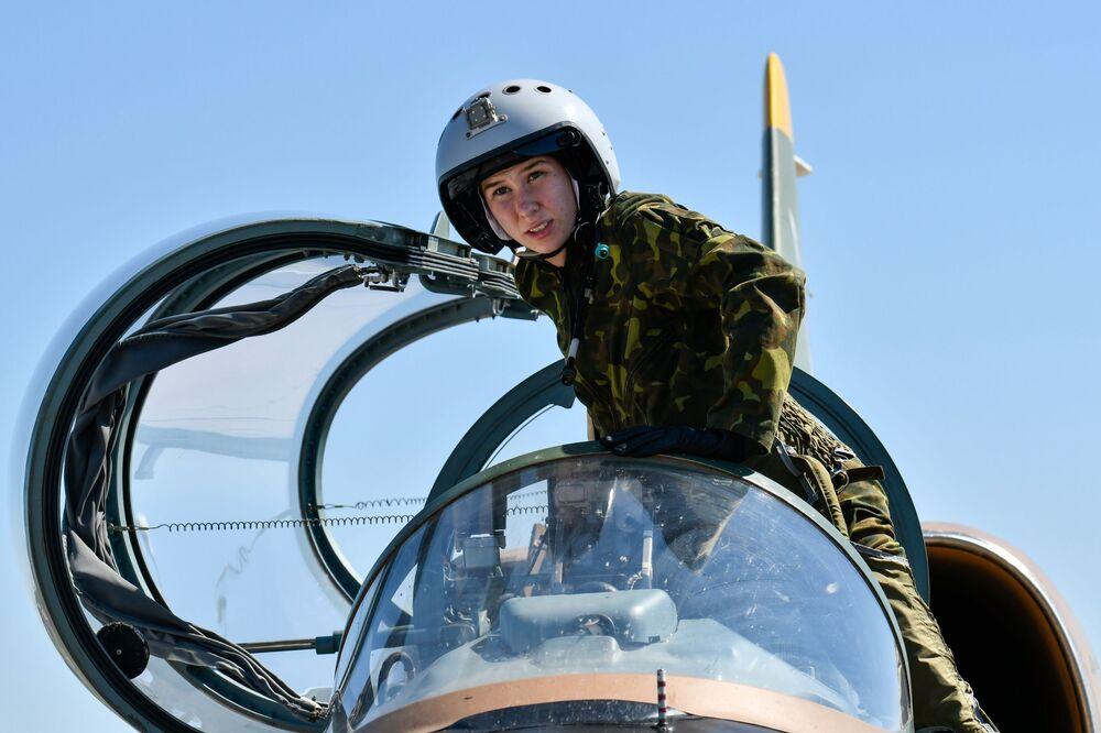 Una donna cadetto dell'Accademia aeronautica di Krasnodar prima del volo di addestramento, Russia