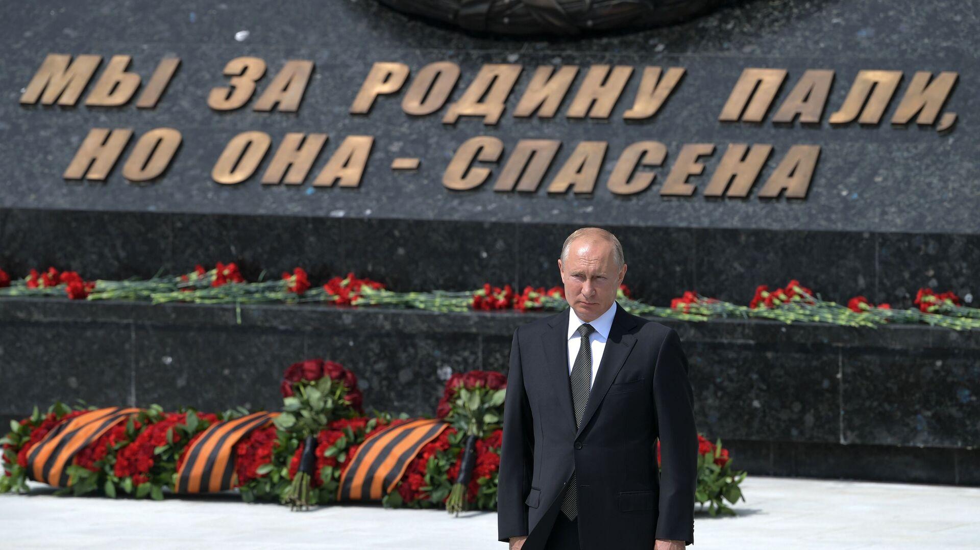 Il presidente russo Vladimir Putin alla cerimonia di inaugurazione di un monumento al soldato sovietico nella regione di Tver. - Sputnik Italia, 1920, 09.06.2021