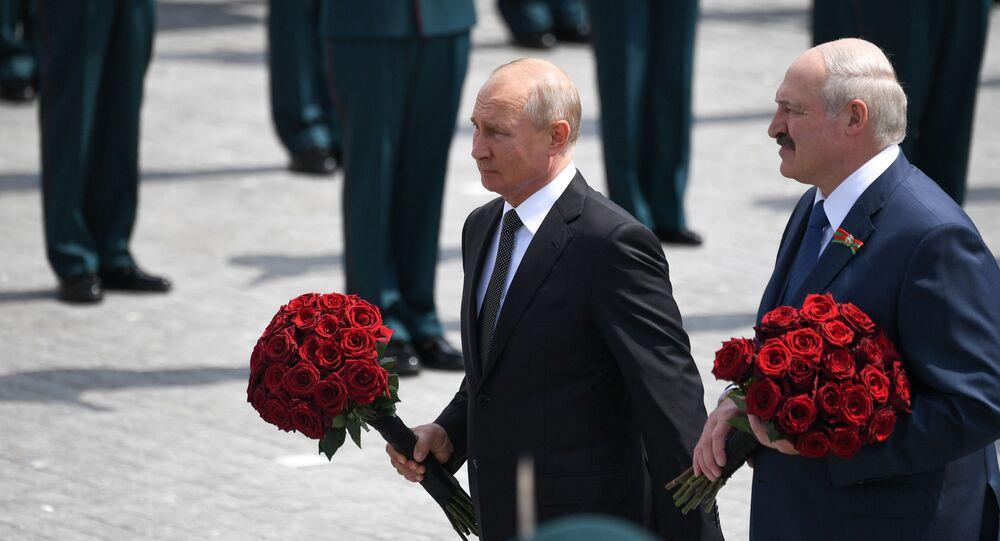 Il presidente russo Vladimir Putin e il presidente bielorusso alla cerimonia di inaugurazione di un monumento al soldato sovietico nella regione di Tver