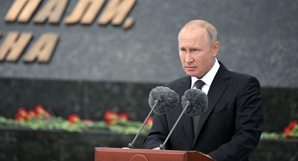 Il presidente russo Vladimir Putin alla cerimonia di inaugurazione di un monumento al soldato sovietico nella regione di Tver