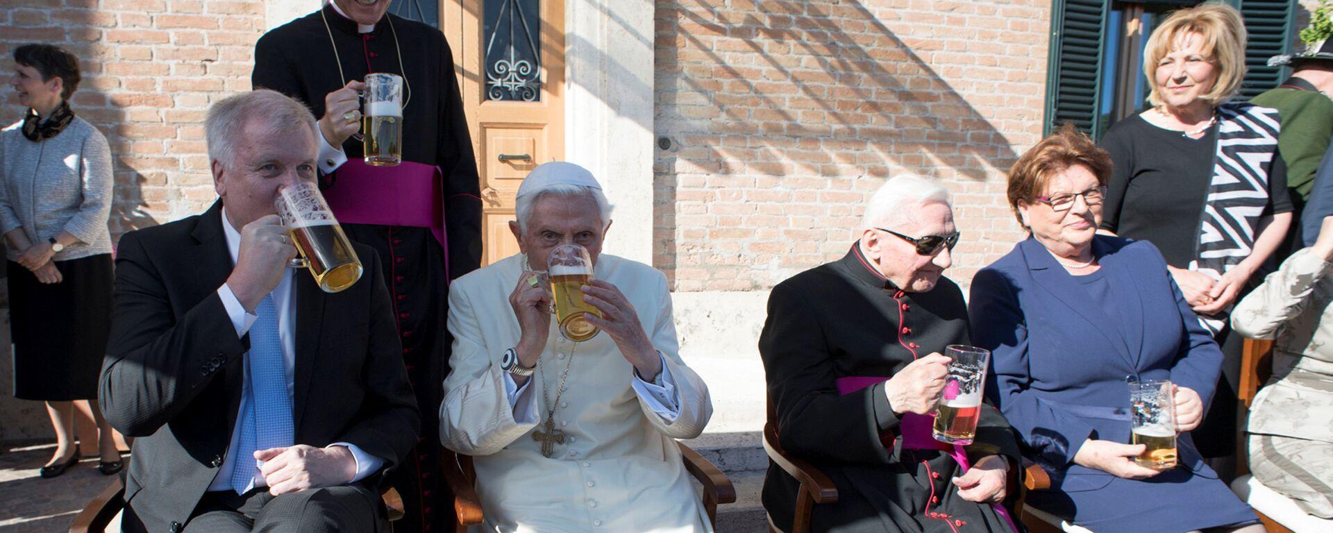 Папа римский Бенедикт XVI празднует свой  90-летний юбилей в компании друзей из Баварии - Sputnik Italia, 1920, 16.04.2021