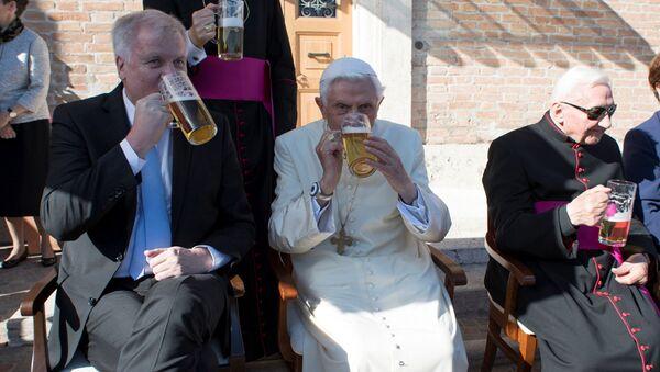 Папа римский Бенедикт XVI празднует свой  90-летний юбилей в компании друзей из Баварии - Sputnik Italia