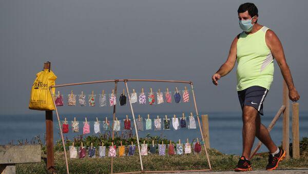 Mascherine in vendita su una spiaggia brasiliana - Sputnik Italia