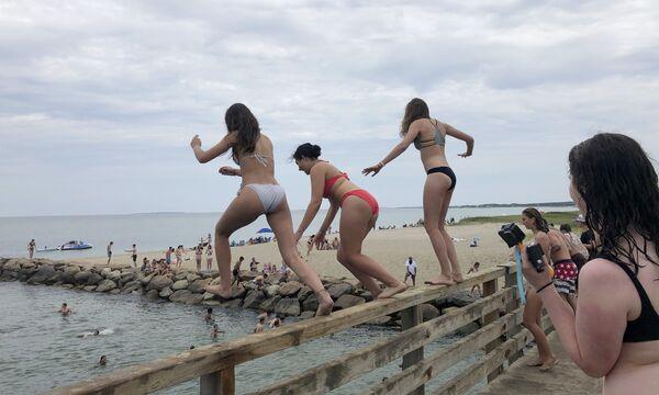 Delle ragazze si tuffano da un ponte a Edgartown, Massachusetts, USA. - Sputnik Italia