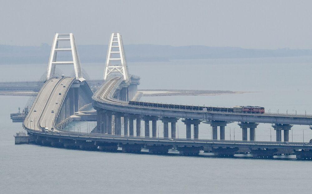 Un treno di carico viaggia sul ponte di Crimea. Il traffico ferroviario dei passeggeri è iniziato nel dicembre 2019, il 30 giugno 2020 è stato lanciato il traffico dei treni cargo.