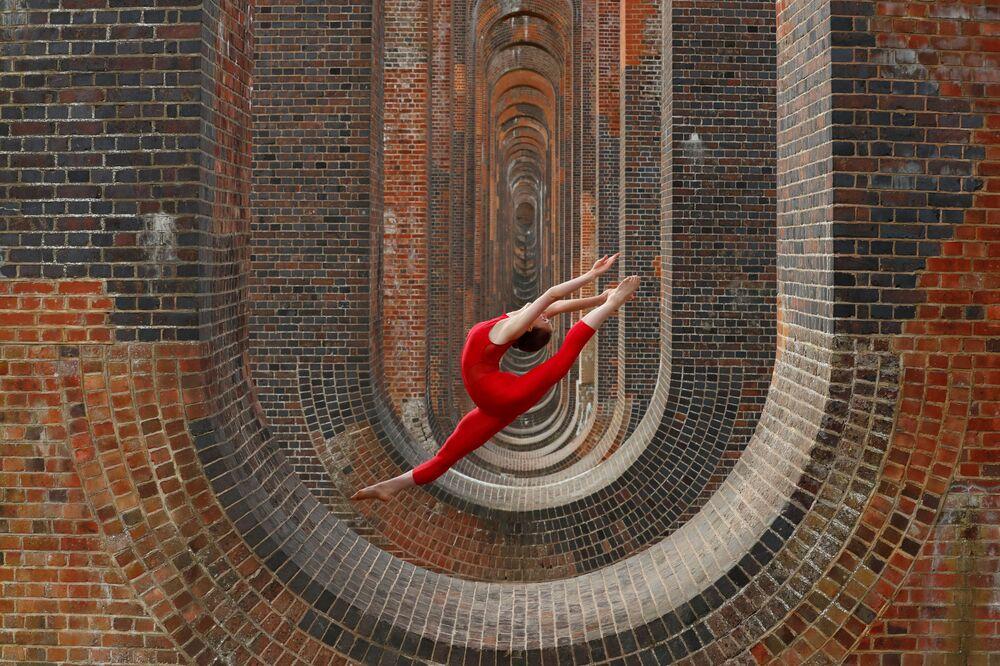 La danzatrice e ginnasta Hannah Martin si allena nei pressi del viadotto della valle Ouse in Gran Bretagna.