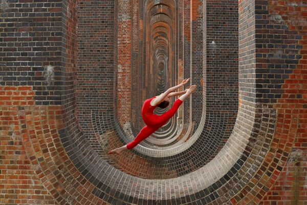La danzatrice e ginnasta Hannah Martin si allena nei pressi del viadotto della valle Ouse in Gran Bretagna. - Sputnik Italia