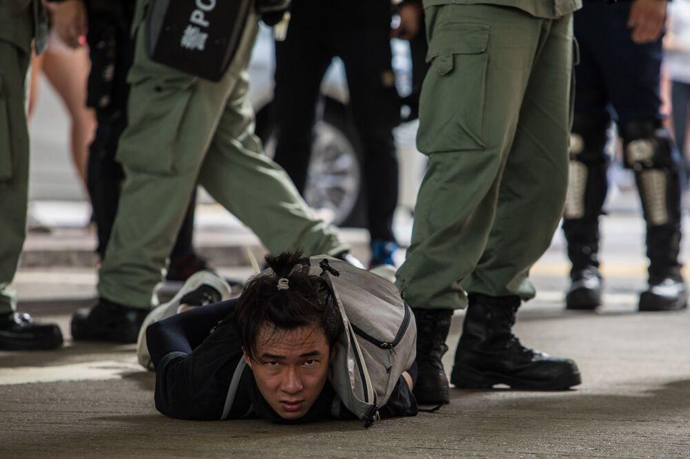 Un partecipante alla protesta contro la legge sulla sicurezza nazionale fermato a Hong Kong.