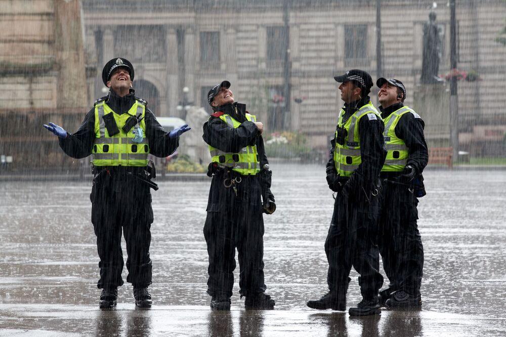La polizia osserva la piazza George a Glasgow dopo l'incidente fatale a pochi isolati dal Park Inn Hotel, in cui Badreddin Abadlla Adam, un 28enne di origini sudanesi è stato ucciso a colpi d'arma da fuoco dalla polizia dopo aver iniziato ad accoltellare delle persone ferendone sei, tra cui un ufficiale di polizia.