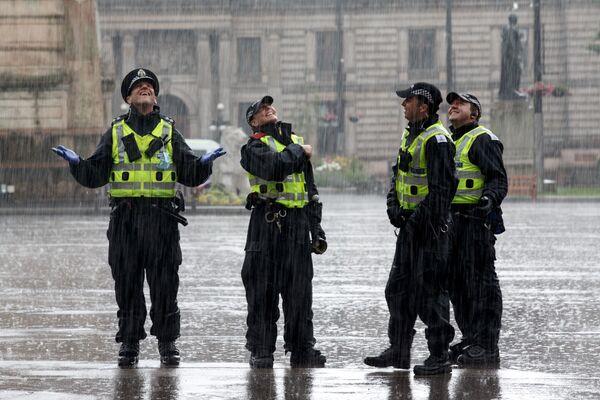 La polizia osserva la piazza George a Glasgow dopo l'incidente fatale a pochi isolati dal Park Inn Hotel, in cui Badreddin Abadlla Adam, un 28enne di origini sudanesi è stato ucciso a colpi d'arma da fuoco dalla polizia dopo aver iniziato ad accoltellare delle persone ferendone sei, tra cui un ufficiale di polizia. - Sputnik Italia