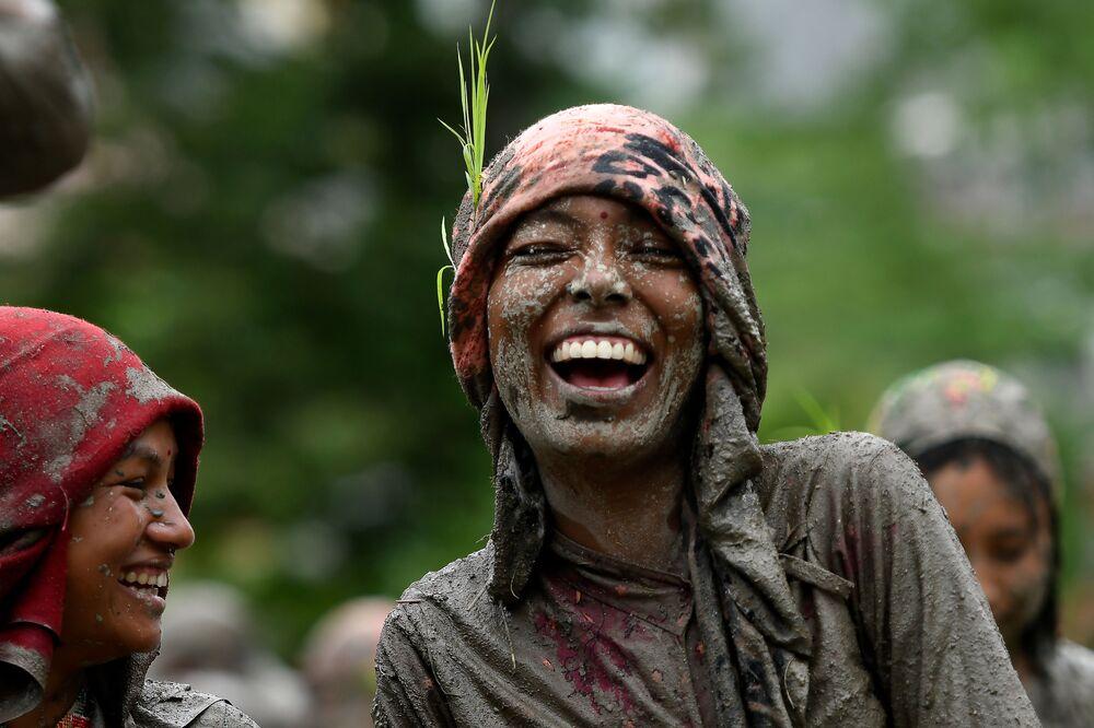 Una donna sorride alla festa di Giorno nazionale di Paddy in Kathmandu, Nepal.