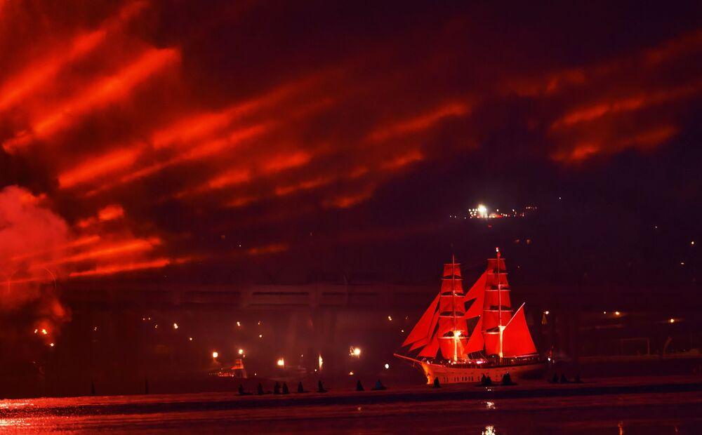 Il veliero dalle vele scarlatte Russia alla festa delle Vele Scarlatte, dedicata ai maturandi delle scuole superiori a San Pietroburgo, Russia.