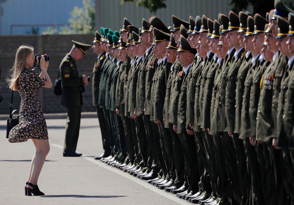 Gli studenti dell'Accademia militare della Repubblica di Bielorussia ricevono i diplomi di laurea.