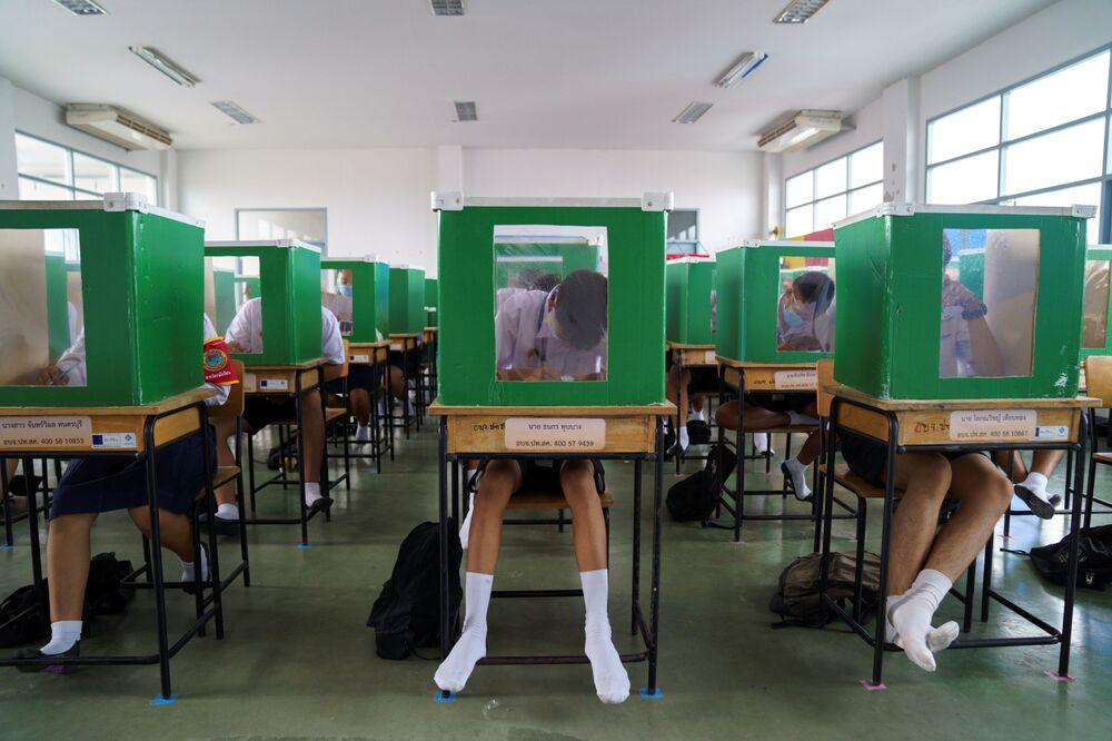 Gli alunni della scuola Sam Khok studiano in condizioni di alleggerimento delle misure di quarantena in Thailandia.