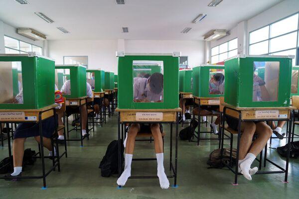 Gli alunni della scuola Sam Khok studiano in condizioni di alleggerimento delle misure di quarantena in Thailandia. - Sputnik Italia