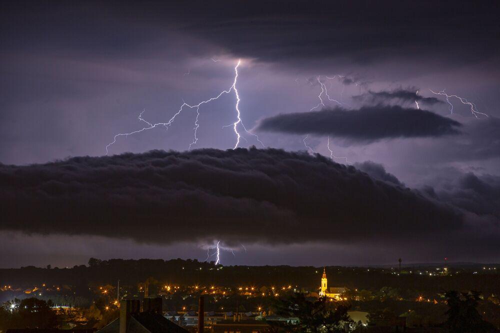 Fulmini nel cielo della città ungherese di Nagykanizsa.