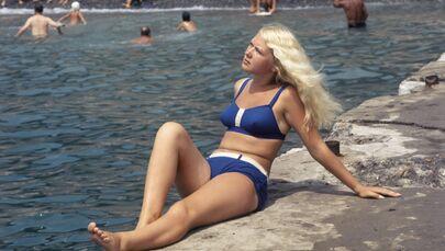 Una ragazza in bikini su una spiaggia della città di Sochi, URSS