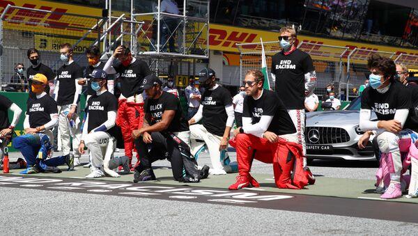Piloti di Formula 1 in ginocchio prima della gara - Sputnik Italia