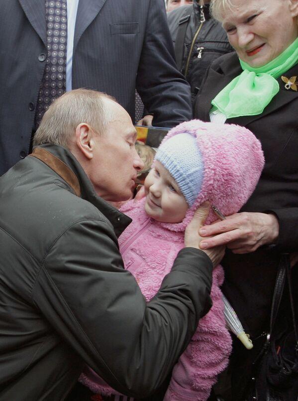 Il premier Vladimir Putin durante un viaggio nel villaggio di Nevskaya Dubrovka, 2010 - Sputnik Italia