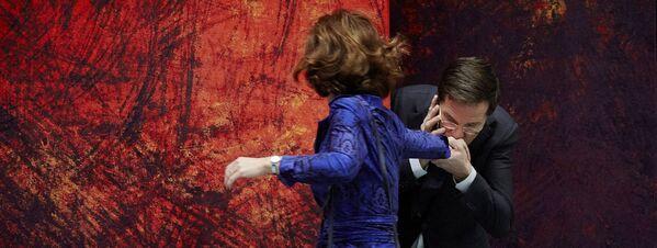 Il primo ministro olandese Mark Rutte dà un bacio sulla mano del presidente della camera Anouchka van Miltenburg prima dell'inizio del dibattito, il 18 dicembre 2013 - Sputnik Italia