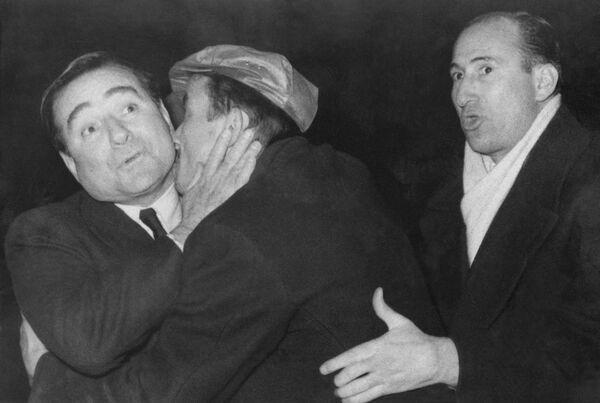 Un sostenitore non identificato abbraccia e bacia il primo ministro turco Adnan Menderes, dopo il suo arrivo in aereo a Istanbul da Londra, Turchia, il 26 febbraio 1959  - Sputnik Italia
