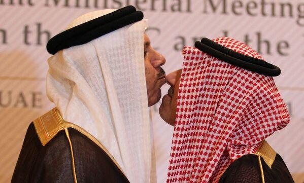 Il vice ministro degli Esteri dell'Arabia Saudita, il principe Abdul Aziz bin Abdullah, e il segretario generale del Consiglio di cooperazione del Golfo Abdul Latif al-Zayyani, si scambiano un bacio tradizionale a margine di un incontro per discutere il dialogo tra le sei nazioni e Russia ad Abu Dhabi, il 1° novembre 2011 - Sputnik Italia