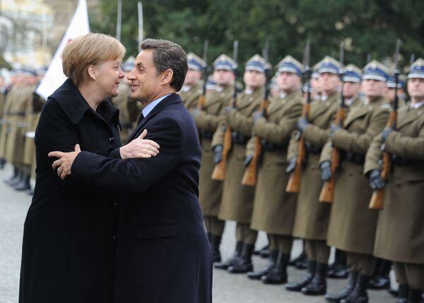 Il cancelliere tedesco Angela Merkel e il presidente francese Nicolas Sarkozy si baciano al loro arrivo al Palazzo Wilalow il 7 febbraio 2011 a Varsavia per il vertice del Triangolo di Weimar - Sputnik Italia