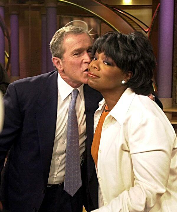 Il candidato alla presidenza George W. Bush dà un bacio a Oprah Winfrey dopo essere apparso nel suo show il 19 settembre 2000 a Chicago, Illinois - Sputnik Italia