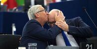 Il presidente della Commissione europea Jean-Claude Juncker bacia il vicepresidente della Commissione europea Frans Timmermans, 2017