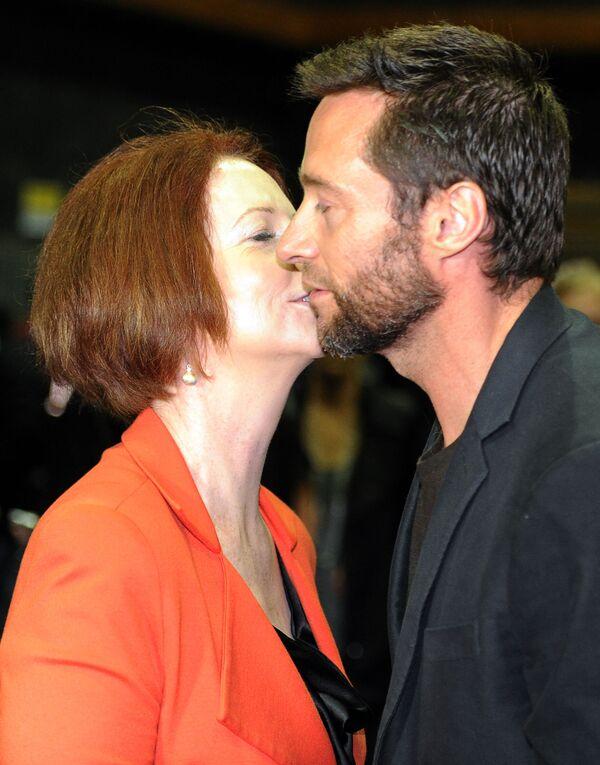 L'attore Hugh Jackman e la prima ministra australiana Julia Gillard si baciano sul set del film The Wolverine a Sydney il 24 luglio 2012 - Sputnik Italia