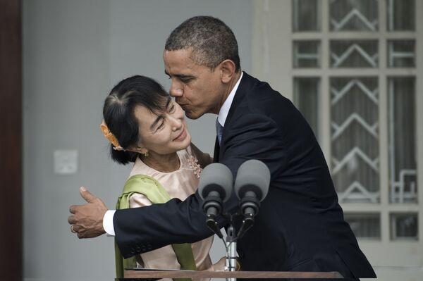 Il presidente degli Stati Uniti Barack Obama bacia Aung San Suu Kyi, leader democratica della Birmania, dopo aver parlato con i media durante una breve conferenza stampa congiunta nella sua residenza a Yangon il 19 novembre 2012 - Sputnik Italia