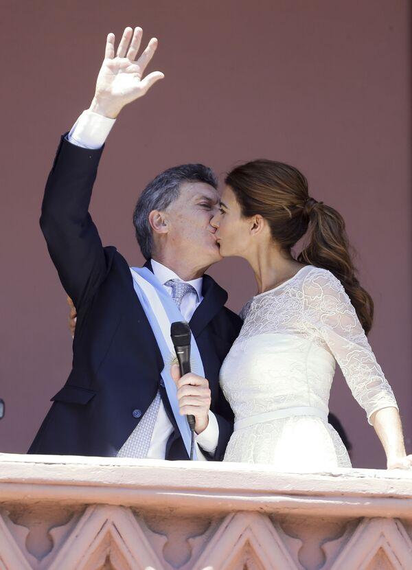 Il presidente argentino Mauricio Macri bacia la First Lady Juliana Awada a Buenos Aires, Argentina, giovedì 10 dicembre 2015 - Sputnik Italia