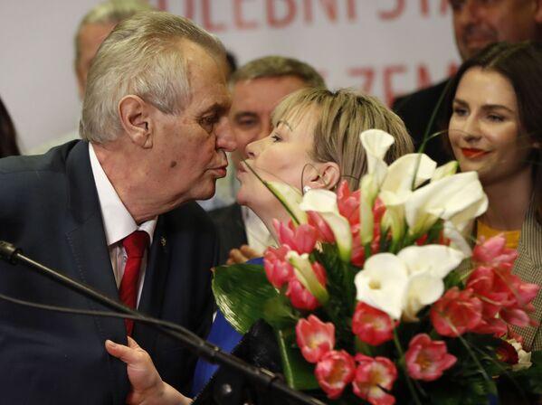 Politico Milos Zeman bacia sua moglie Ivana dopo la vittoria alle elezioni presidenziali ceche a Praga, Repubblica Ceca, sabato 27 gennaio 2018 - Sputnik Italia