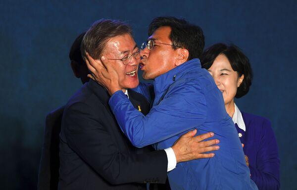 Il candidato alla presidenza sudcoreano del Partito Democratico Moon Jae-in riceve un bacio dal membro del suo partito Ahn Hee-Jung, il 9 maggio 2017 - Sputnik Italia