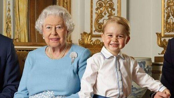 Principe George e Elisabetta II - Sputnik Italia