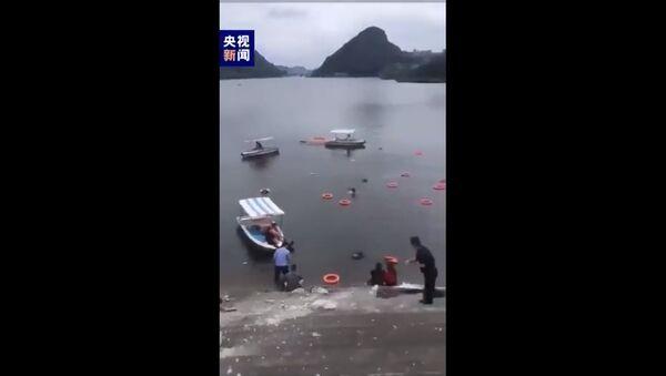 Un autobus che trasportava un numero imprecisato di studenti si è schiantato è finito in un bacino idrido dopo aver colpito un guardrail ad Anshun, nella provincia di Guizhou, nella Cina sud-occidentale - Sputnik Italia