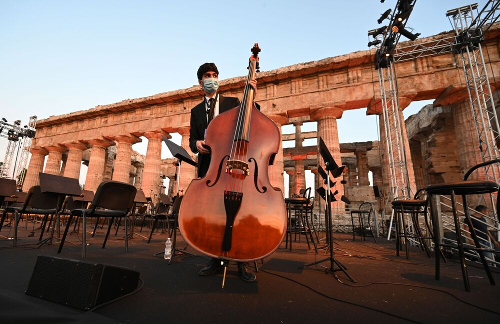 Il Concerto per la Siria che ha visto il Maestro Riccardo Muti dirigere l'Orchestra Cherubini, affiancata da musicisti della Syrian Expat Philharmonic Orchestra, nella splendida location del Parco Archeologico di Paestum, gemellato con il sito siriano di Palmira