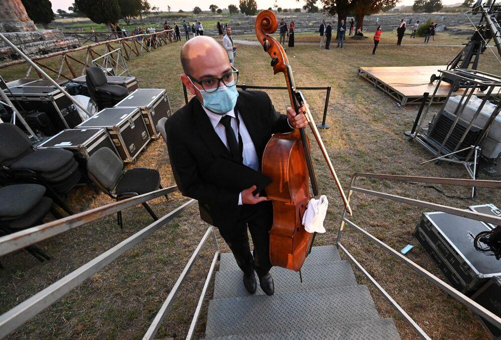 Un musicista si prepara per un concerto al Parco archeologico di Paestum in Italia